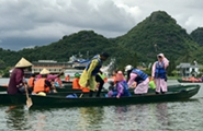 App experiencing tourists splashing at Puzhehei