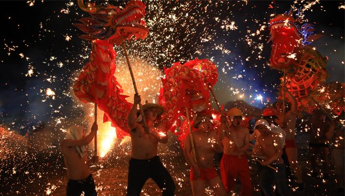 Molten iron fireworks greet the Lantern Festival in northeast Yunnan