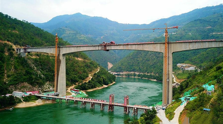 Sections of int'l rail bridge joined on Lancang River
