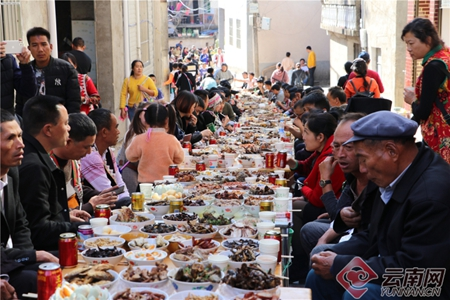 Long-street feast set up in Yuanyang for Angmatu Festival
