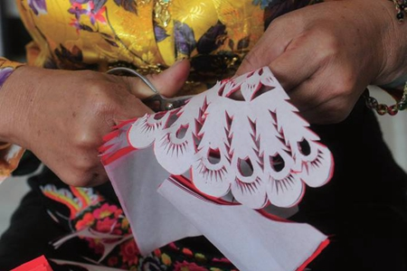 Dai people's life shown in vivid paper-cuttings